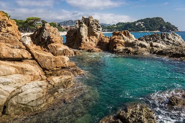 Vista sul mare di area di villeggiatura di costa brava vicino alla città lloret de mar in spagna