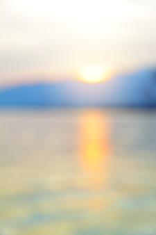 Vista sul mare al tramonto - sfondo sfocato sfocato