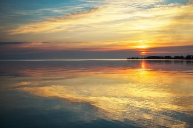 Vista sul mare con cielo e mare al tramonto colorati. spiaggia all'alba