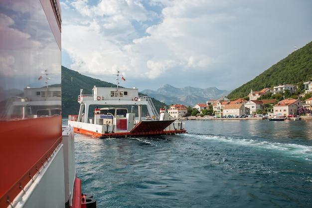 Vista sul mare con traghetto