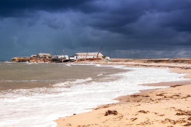 Seascape con cielo tempestoso. costa occidentale della crimea.