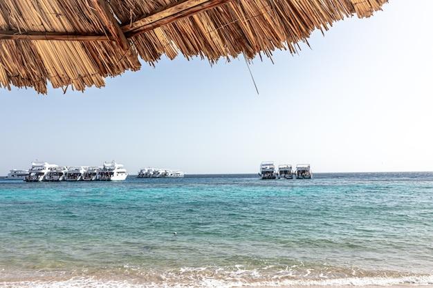 Vista sul mare con yacht in mare in tempo soleggiato chiaro.