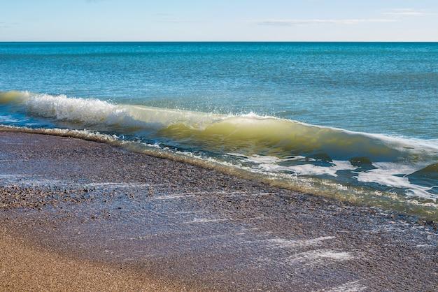 Spiaggia e surf sulla spiaggia, nessuna gente, luogo di vacanza appartato