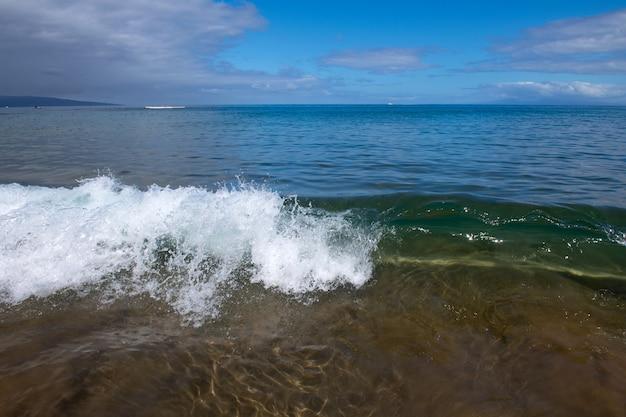 Vista mare della spiaggia, priorità bassa di vacanza estiva. marea di spruzzi di surf.