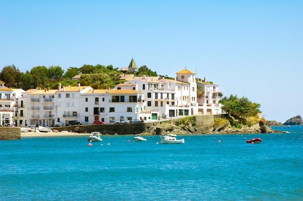 Vista sul mare della famosa cittadina mediterranea cadaques, ex residenza di salvador dalì, catalonia