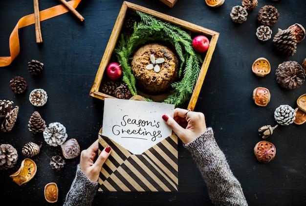 Season's greetings card con una torta tradizionale