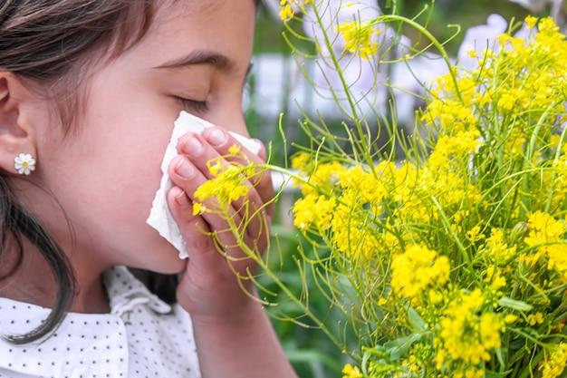 Allergia stagionale in un bambino. corizza. messa a fuoco selettiva. le persone