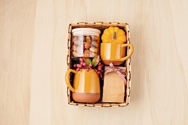 Confezione regalo stagionale con tazza, tè o caffè con biscotti