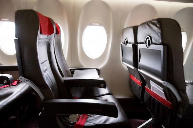 File di sedili in una cabina dell'aeroplano