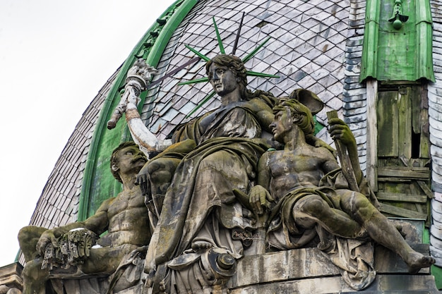 Statua della libertà seduta sul tetto