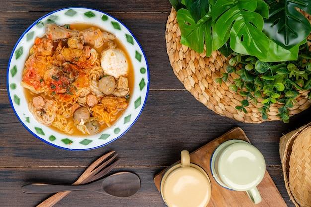 Il seblak è un piatto salato e piccante sundanese originario della regione sundanese a ovest di java