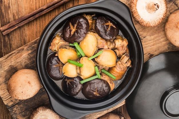 La pentola di pollo abalone segreta, pollo delizioso, abalone fresco,