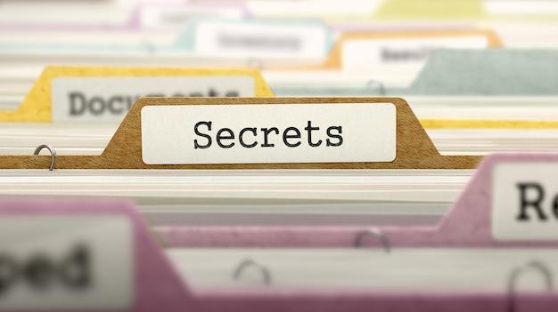 Concetto di segreti sull'etichetta del file nell'indice delle carte multicolore. vista del primo piano. messa a fuoco selettiva. rendering 3d.