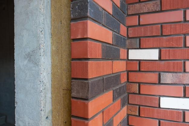 Sezione di un muro di mattoni con isolamento di una nuova casa in costruzione