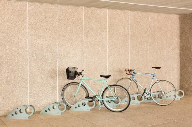 Parcheggio sicuro per biciclette. concetto di mobilità sostenibile. spazio per il testo.