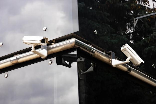 Telecamera di sicurezza e video della città, sulla facciata di un edificio per uffici.