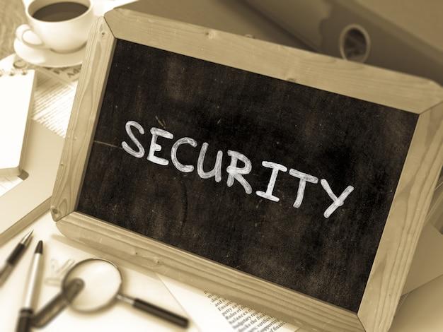 Concetto di sicurezza disegnato a mano sulla lavagna sul fondo del tavolo di lavoro. sfondo sfocato. immagine tonica. rendering 3d.