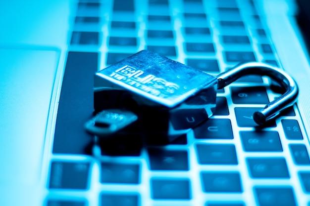 Blocco di sicurezza sulla tastiera di un computer tramite chiavi sistema di sicurezza