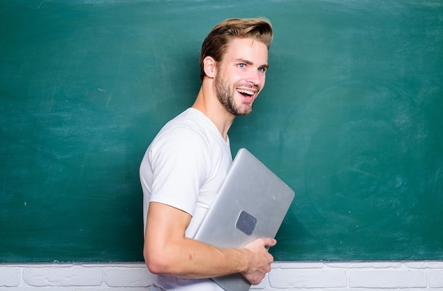 Sicurezza online vita. sviluppo web di programmazione. concetto digitale. comunicazioni on line. insegnante di scuola con laptop. l'uomo bello usa le moderne tecnologie. tecnologia digitale. impara le scienze digitali.