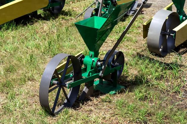 Seminatrice – aggregato per mettere i semi nel terreno. attrezzature per l'agroalimentare.