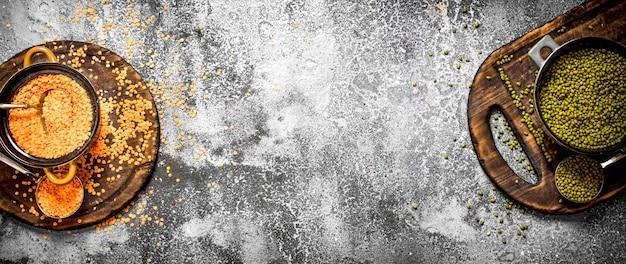 Semi di lenticchie e fagiolini in una ciotola su fondo rustico