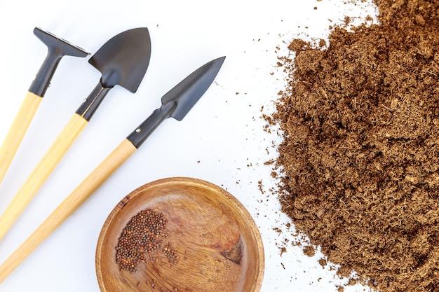 Semi, terra e attrezzi da giardino. preparazione per la semina nel terreno.