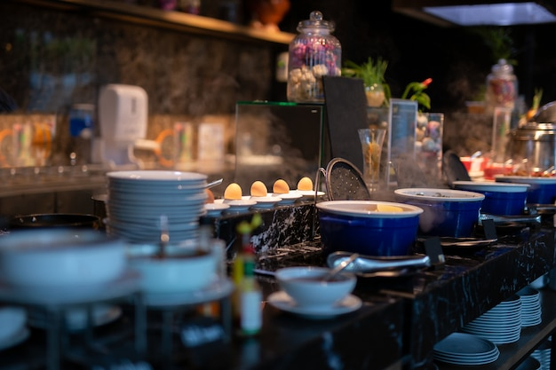 Messa a fuoco selezionata di uova bollite sul piatto in linea a buffet per la colazione.