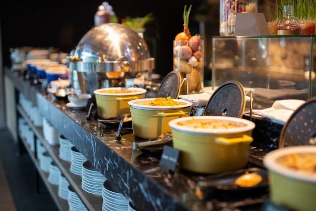 Messa a fuoco selezionata di noodles di uova cotte in un po in linea a buffet per la colazione.