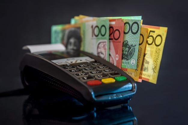 Messa a fuoco selettiva sulle banconote in dollari australiani con terminale