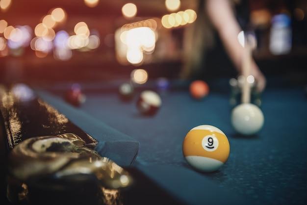 Messa a fuoco selettiva alla palla da biliardo sul tavolo blu
