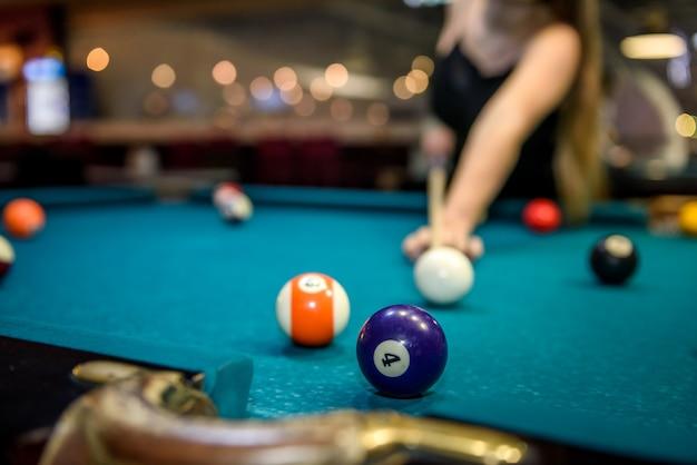 Messa a fuoco selettiva a palla da biliardo sul tavolo blu