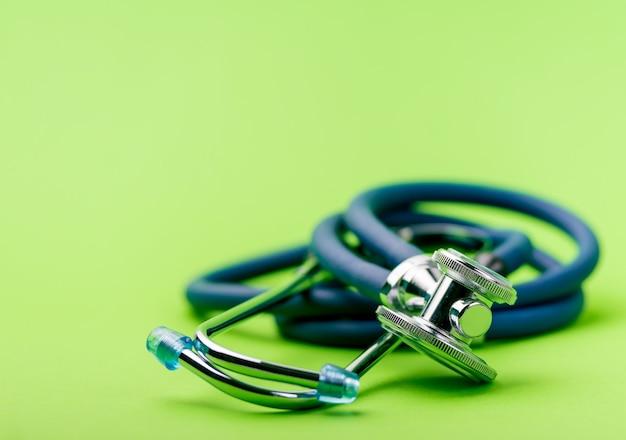 Messa a fuoco selettiva dello stetoscopio blu