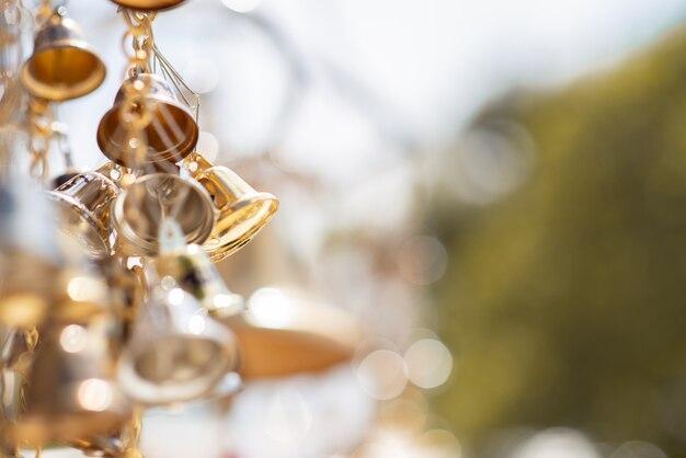 Messa a fuoco selettiva campane d'oro appese nella catena d'oro.