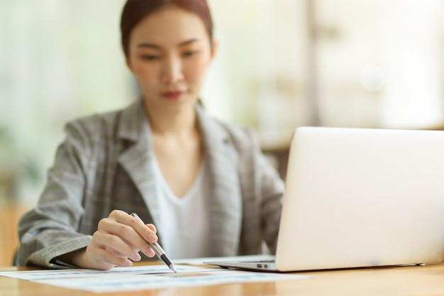 Immagine di messa a fuoco selettiva, donne d'affari che lavorano in ufficio, pensiero premuroso e pensieroso sull'attività finanziaria con relazione finanziaria