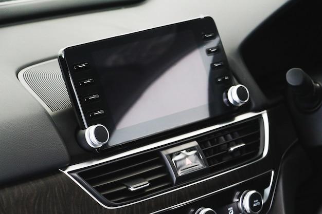 Messa a fuoco selettiva interni di un'auto moderna, visualizzazione dello schermo di lusso sulla console dell'auto