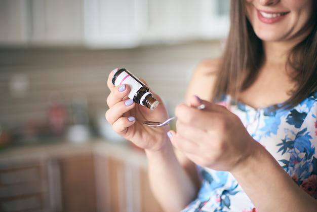 Messa a fuoco selettiva della medicina nelle mani della donna incinta