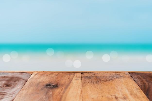 Messa a fuoco selettiva del vecchio tavolo di legno con cielo blu per visualizzare il tuo prodotto.