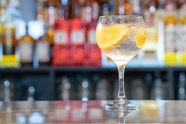 Colpo di messa a fuoco selettiva di aperol spritz cocktail