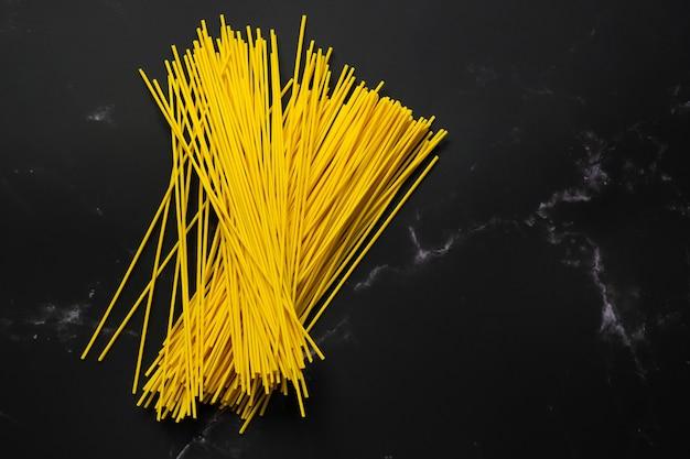 Messa a fuoco selettiva di spaghetti gialli nel piatto cibo e copia spazio pasta cruda vermicelli di riso e spazio.