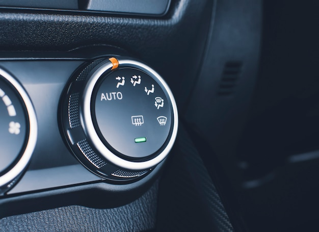 Interruttore a pulsante di selezione del sistema di condizionamento dell'aria sul cruscotto dell'auto