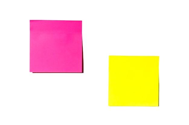 Gli adesivi con lettere vuote autoadesive sono gialli e rosa con ombre