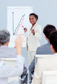 Donna di affari sicura di sé che fa una presentazione