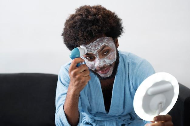 Cura di sé a casa con la mascherina