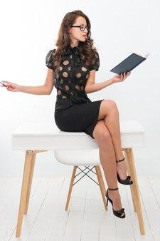 Concetto di autoeducazione. relatore d'affari. conferenza d'affari. signora seducente allenatore di affari. la conoscenza è la mia passione. insegnante o docente attraente sexy della donna. responsabile di ufficio astuto della signora di affari.