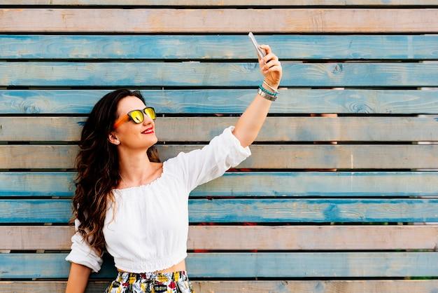 Autoritratto di bella giovane donna. concetto di selfie.