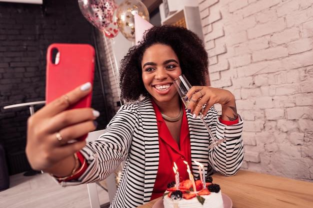Tempo di selfie. felice donna allegra mentre prendeva i selfie