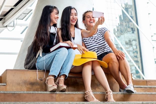 Selfie time. gruppo di amici che si divertono e fanno un selfie in città all'aperto.