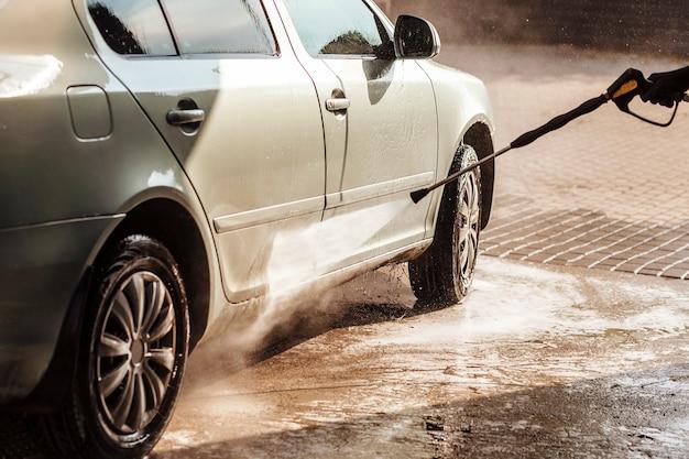 Autolavaggio self-service pulizia auto con acqua ad alta pressione