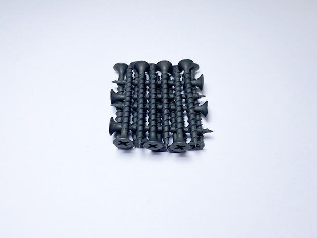 Viti autofilettanti su metallo nero su fondo bianco isolato