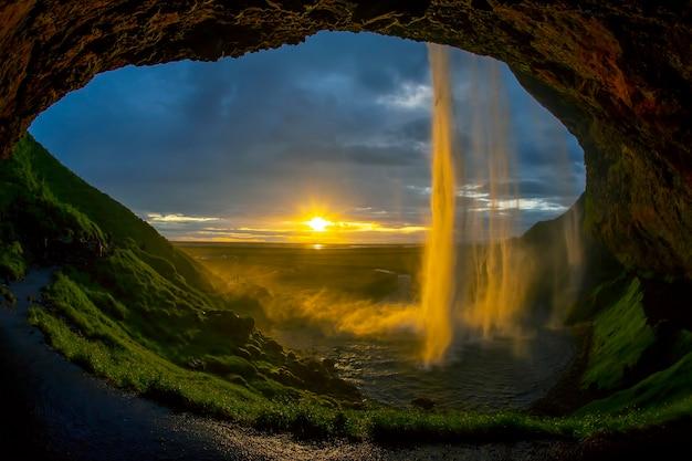 Cascata seljalandsfoss sullo sfondo di un tramonto luminoso. islanda